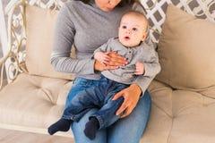 Potomstwa matkują kobiety przytulenia w ona i mienia ręki dziecka dziecka dzieciaka chłopiec smilling śmiać się Obrazy Stock