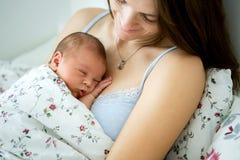 Potomstwa matkują lying on the beach w łóżku z jej nowonarodzoną chłopiec Zdjęcia Stock