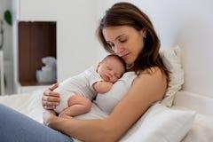 Potomstwa matkują lying on the beach w łóżku z jej nowonarodzoną chłopiec Obrazy Royalty Free