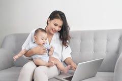 Potomstwa matkują mienia dziecka podczas gdy pracujący w ministerstwie spraw wewnętrznych zdjęcie royalty free