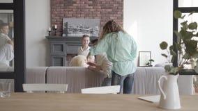 Potomstwa matkują mienie laptop próbuje uspokajać jej cztery nastoletnich synów biega araund i bawić się z each inny Szczęśliwy d zdjęcie wideo