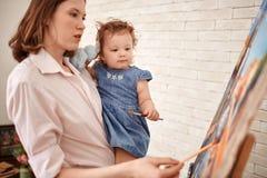 Potomstwa Matkują obrazu obrazek z małą dziewczynką obraz royalty free