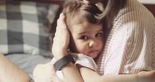 Potomstwa matkują pocieszać ona niepokoić dziecięcej córki zdjęcie wideo
