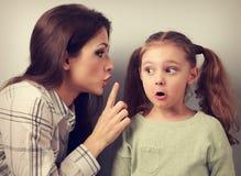 Potomstwa matkują pokazywać palcowi cisza znaka jej surprisi zdjęcie royalty free