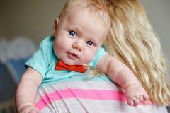 Potomstwa matkują trzymać chłopiec w ona ręki Fotografia Stock