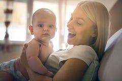 Potomstwa matkują trzymać jej chłopiec w rękach obrazy royalty free