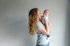 Potomstwa matkują trzymać jej nowonarodzonego dziecka Obraz Royalty Free
