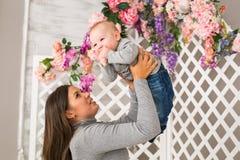 Potomstwa matkują trzymać jej nowonarodzonego dziecka Mamy karmiący dziecko Kobieta i nowonarodzona chłopiec w pokoju Macierzysty Zdjęcia Royalty Free