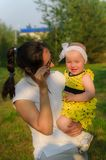 Potomstwa matkują trzymać małej córki w ona ręki zdjęcia royalty free