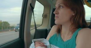 Potomstwa Matkują Trzymać Nowonarodzony W samochodzie zbiory