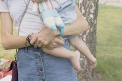 Potomstwa matkują z dzieckiem obrazy royalty free