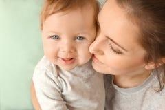 Potomstwa matkują z jej ślicznym małym dzieckiem Fotografia Royalty Free