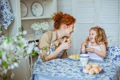 Potomstwa matkują z jej małą córką są roześmiani Obrazy Royalty Free