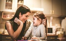 Potomstwa matkują z jej małą dziewczynką robią zabawie wpólnie obraz royalty free