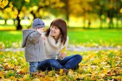 Potomstwa matkują z jej małym dzieckiem ma zabawę Zdjęcia Stock