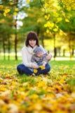Potomstwa matkują z jej małym dzieckiem w parku Obrazy Stock