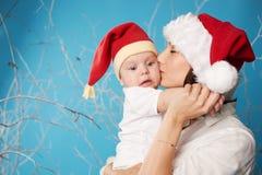 Potomstwa matkują z jej słodkim dzieckiem obrazy stock