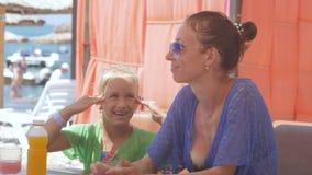 Potomstwa matkują z małą śliczną córką siedzą przy seaview kawiarnią zdjęcie wideo
