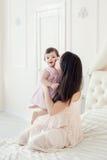 Potomstwa matkują z małą córką przy houme Fotografia Stock