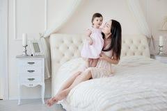 Potomstwa matkują z małą córką przy houme Zdjęcia Stock