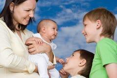 Potomstwa matkują z trzy dziećmi zdjęcia royalty free