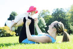 Potomstwa matkują szkolenie z dzieckiem Fotografia Royalty Free