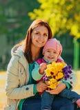 Potomstwa matkują z jej dzieckiem Zdjęcie Royalty Free