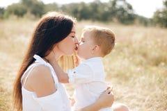 Potomstwa matkują z jej synem plenerowym Zdjęcie Stock