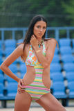 Potomstwa modelują w pływackim kostiumu z chwilowym kruszcowym tatuażem zdjęcia royalty free