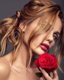 Potomstwa modelują z naturalnym makeup i perfect skórą zdjęcia royalty free