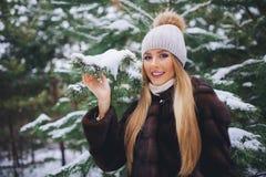 Potomstwa modelują dziewczyna spacer w zima lesie Obraz Royalty Free