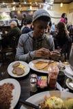 Potomstwa, modny mężczyzna jedzą śniadanio-lunch przy Brooklyn, NYC gość restauracji Obraz Royalty Free