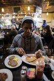 Potomstwa, modny mężczyzna jedzą śniadanio-lunch przy Brooklyn, NYC gość restauracji Zdjęcia Stock