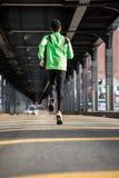 Potomstwa, murzyn iść dla jog w ulicach Brooklyn, NY Obrazy Royalty Free