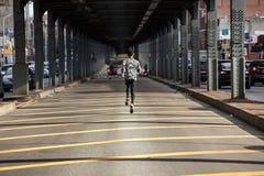 Potomstwa, murzyn iść dla jog w ulicach Brooklyn, NY Zdjęcia Stock