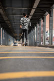 Potomstwa, murzyn iść dla jog w ulicach Brooklyn, NY Fotografia Stock
