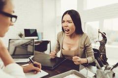 Potomstwa Niepokoją kobiety w biurze z prawnikiem w szkłach obraz royalty free