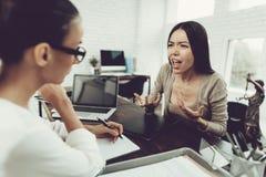 Potomstwa Niepokoją kobiety w biurze z prawnikiem w szkłach fotografia stock