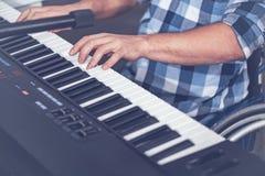 Potomstwa obezwładniający obsługują bawić się muzykalną klawiaturę w studiu Obrazy Royalty Free