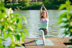 Potomstwa odchudzają joga kobiety robi pięknym asana ćwiczeniom Zdrowy Styl życia stretching zdjęcia royalty free