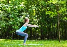 Potomstwa odchudzają dziewczyny robi ćwiczeniom outdoors Fotografia Royalty Free