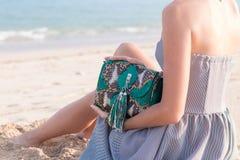 Potomstwa odchudzają seksownej kobiety na plaży Luksusowy handmade snakeskin w ona ręki Zdjęcia Royalty Free
