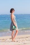 Potomstwa odchudzają seksownej kobiety na plaży Luksusowy handmade snakeskin w ona ręki Fotografia Stock