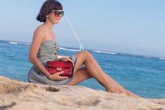 Potomstwa odchudzają seksownej kobiety na plaży Luksusowy handmade snakeskin w ona ręki Zdjęcia Stock