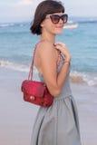 Potomstwa odchudzają seksownej kobiety na plaży Luksusowy handmade snakeskin w ona ręki Zdjęcie Royalty Free