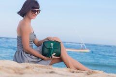 Potomstwa odchudzają seksownej kobiety na plaży Luksusowy handmade snakeskin w ona ręki Obrazy Royalty Free