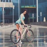 Potomstwa odchudzają seksownej sportive kobiety na bicyklu obraz stock