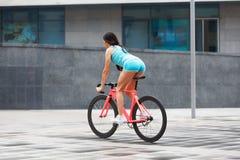 Potomstwa odchudzają seksownej sportive kobiety na bicyklu obrazy stock