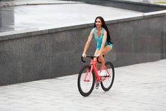 Potomstwa odchudzają seksownej sportive kobiety na bicyklu obraz royalty free