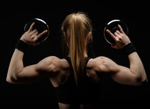 Potomstwa odchudzają silnej mięśniowej kobiety pozuje w studiu z dumbbell Obrazy Royalty Free